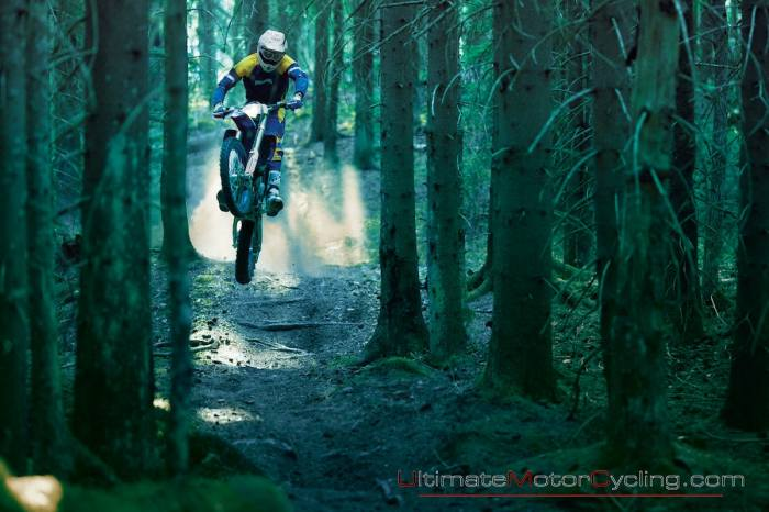 motociclist_motocicleta_padure_poluand_ultimele_locuri_nepoluate_din_lume.jpg